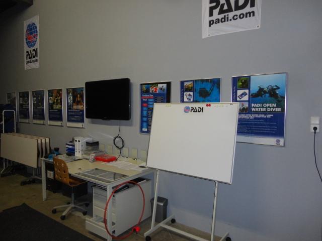 Onze theorielokaal met mega presentatie wand